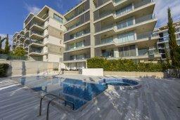 Фасад дома. Кипр, Центр Лимассола : Современный апартамент с гостиной, отдельной спальней и балконом, расположен в комплексе с бассейном