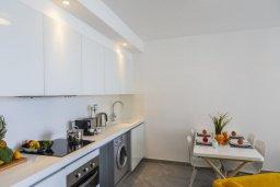 Кухня. Кипр, Центр Лимассола : Современный апартамент с гостиной, отдельной спальней и балконом, расположен в комплексе с бассейном