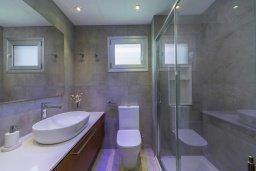 Ванная комната. Кипр, Ларнака город : Современный апартамент в 20 метрах от пляжа, с гостиной, двумя спальнями и балконом с потрясающим видом на Средиземное море