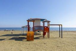 Детская площадка. Кипр, Ларнака город : Современный апартамент в 20 метрах от пляжа, с гостиной, двумя спальнями и балконом с потрясающим видом на Средиземное море