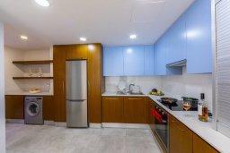 Кухня. Кипр, Ларнака город : Современный апартамент в 20 метрах от пляжа, с гостиной, двумя спальнями и балконом с потрясающим видом на Средиземное море