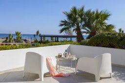 Балкон. Кипр, Ларнака город : Современный апартамент в 20 метрах от пляжа, с гостиной, двумя спальнями и балконом с потрясающим видом на Средиземное море