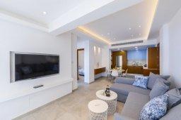 Гостиная. Кипр, Ларнака город : Современный апартамент в 20 метрах от пляжа, с гостиной, двумя спальнями и балконом с потрясающим видом на Средиземное море