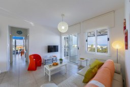 Гостиная. Кипр, Санрайз Протарас : Современный апартамент с захватывающим видом на море и окрестности Протараса, с гостиной, двумя спальнями и большим балконом, расположен в тихом популярном районе Profitis Elias Hill