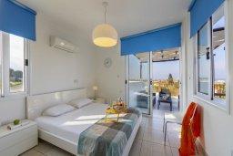 Спальня. Кипр, Санрайз Протарас : Современный апартамент с захватывающим видом на море и окрестности Протараса, с гостиной, двумя спальнями и большим балконом, расположен в тихом популярном районе Profitis Elias Hill