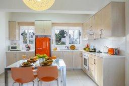 Кухня. Кипр, Санрайз Протарас : Современный апартамент с захватывающим видом на море и окрестности Протараса, с гостиной, двумя спальнями и большим балконом, расположен в тихом популярном районе Profitis Elias Hill