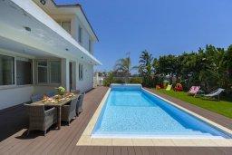 Бассейн. Кипр, Перволия : Современная вилла с 4-мя спальнями, 3-мя ванными комнатами, с бассейном, в окружении пышного зелёного сада, с тенистой террасой с патио и барбекю, расположена в тихом районе Kiti