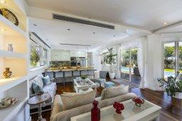 Гостиная. Кипр, Перволия : Современная вилла с 4-мя спальнями, 3-мя ванными комнатами, с бассейном, в окружении пышного зелёного сада, с тенистой террасой с патио и барбекю, расположена в тихом районе Kiti