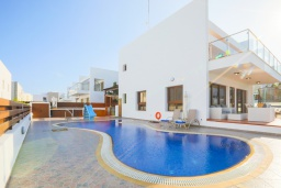 Вид на виллу/дом снаружи. Кипр, Санрайз Протарас : Шикарная вилла с видом на Средиземное море, с 5-ю спальнями, с бассейном, джакузи, сауной, тенистой террасой с патио, барбекю и уличным баром, расположена около пляжа Fig Tree Bay