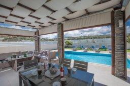 Обеденная зона. Кипр, Фиг Три Бэй Протарас : Современная вилла с 4-мя спальнями, с бассейном, тенистой террасой с патио и барбекю, расположена недалеко от залива Fig Tree Bay