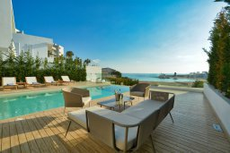 Обеденная зона. Кипр, Пернера : Роскошная пляжная вилла с панорамным видом на Средиземное море, с 5-ю спальнями, 6-ю ванными комнатами, с бассейном, джакузи, кинозалом, тренажерным залом, барбекю, расположена в 20 метрах от моря