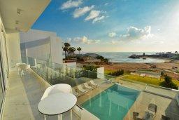 Балкон. Кипр, Пернера : Роскошная пляжная вилла с панорамным видом на Средиземное море, с 5-ю спальнями, 6-ю ванными комнатами, с бассейном, джакузи, кинозалом, тренажерным залом, барбекю, расположена в 20 метрах от моря