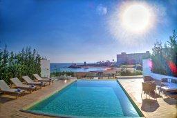 Бассейн. Кипр, Пернера : Роскошная пляжная вилла с панорамным видом на Средиземное море, с 5-ю спальнями, 6-ю ванными комнатами, с бассейном, джакузи, кинозалом, тренажерным залом, барбекю, расположена в 20 метрах от моря