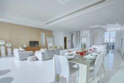 Гостиная. Кипр, Пернера : Роскошная пляжная вилла с панорамным видом на Средиземное море, с 5-ю спальнями, 6-ю ванными комнатами, с бассейном, джакузи, кинозалом, тренажерным залом, барбекю, расположена в 20 метрах от моря