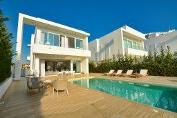 Фасад дома. Кипр, Пернера : Роскошная пляжная вилла с панорамным видом на Средиземное море, с 5-ю спальнями, 6-ю ванными комнатами, с бассейном, джакузи, кинозалом, тренажерным залом, барбекю, расположена в 20 метрах от моря