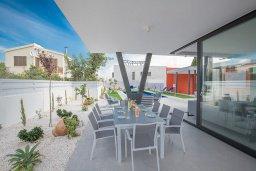 Обеденная зона. Кипр, Санрайз Протарас : Роскошная вилла с бассейном и зеленым двориком с барбекю, 3 спальни, 3 ванные комнаты, парковка, Wi-Fi