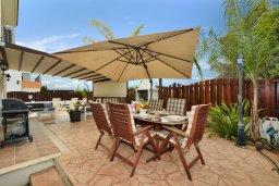 Обеденная зона. Кипр, Нисси Бич : Великолепная вилла с бассейном и двориком с барбекю, 4 спальни, 3 ванные комнаты, парковка, Wi-Fi