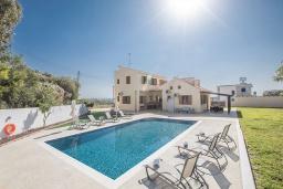 Вид на виллу/дом снаружи. Кипр, Коннос Бэй : Превосходная вилла с видом на море, с 6-ю спальнями, 2-мя гостиными, с бассейном, тенистой террасой с патио и барбекю, расположена на возвышенности на окраине Протараса