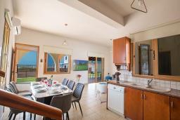Кухня. Кипр, Коннос Бэй : Превосходная вилла с видом на море, с 6-ю спальнями, 2-мя гостиными, с бассейном, тенистой террасой с патио и барбекю, расположена на возвышенности на окраине Протараса