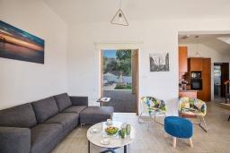 Гостиная. Кипр, Коннос Бэй : Превосходная вилла с видом на море, с 6-ю спальнями, 2-мя гостиными, с бассейном, тенистой террасой с патио и барбекю, расположена на возвышенности на окраине Протараса