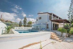 Фасад дома. Кипр, Аммос - Лимнария Бич : Великолепная вилла с видом на Средиземное море, с 4-мя спальнями, с бассейном, тенистой террасой с патио и каменным барбекю, расположена в 450 метрах от пляжа Glyki Nero Beach
