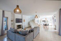 Гостиная. Кипр, Аммос - Лимнария Бич : Великолепная вилла с видом на Средиземное море, с 4-мя спальнями, с бассейном, тенистой террасой с патио и каменным барбекю, расположена в 450 метрах от пляжа Glyki Nero Beach