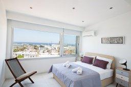 Спальня. Кипр, Центр Айя Напы : Современный апартамент с гостиной, двумя спальнями и балконом с видом на море