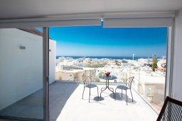 Балкон. Кипр, Центр Айя Напы : Современный апартамент с гостиной, двумя спальнями и балконом с видом на море