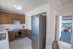 Кухня. Кипр, Центр Айя Напы : Современный апартамент с гостиной, двумя спальнями и балконом с видом на море