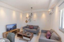 Гостиная. Кипр, Центр Айя Напы : Современный апартамент с гостиной, двумя спальнями и балконом с видом на море