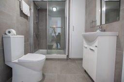 Ванная комната. Кипр, Центр Айя Напы : Современный апартамент с гостиной, двумя спальнями и балконом с видом на море
