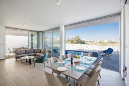 Обеденная зона. Кипр, Санрайз Протарас : Современная вилла с 5-ю спальнями, 4-мя ванными комнатами, с бассейном,и приватным двориком с тенистой террасой с патио и барбекю, расположена недалеко от пляжа Sunrise Beach