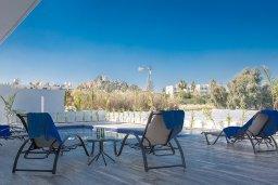 Зона отдыха у бассейна. Кипр, Санрайз Протарас : Современная вилла с 5-ю спальнями, 4-мя ванными комнатами, с бассейном,и приватным двориком с тенистой террасой с патио и барбекю, расположена недалеко от пляжа Sunrise Beach
