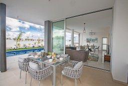 Обеденная зона. Кипр, Санрайз Протарас : Современная вилла с 3-мя спальнями, 3-мя ванными комнатами, с бассейном,и приватным двориком с тенистой террасой с патио и барбекю, расположена недалеко от пляжа Sunrise Beach