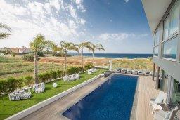 Бассейн. Кипр, Каппарис : Роскошная вилла с 3-мя спальнями, с бассейном, потрясающей террасой на крыше с патио, джакузи и невероятным видом на Средиземное море