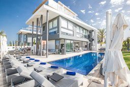 Фасад дома. Кипр, Каппарис : Роскошная вилла с 3-мя спальнями, с бассейном, потрясающей террасой на крыше с патио, джакузи и невероятным видом на Средиземное море