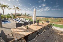 Обеденная зона. Кипр, Каппарис : Роскошная вилла с 3-мя спальнями, с бассейном, потрясающей террасой на крыше с патио, джакузи и невероятным видом на Средиземное море