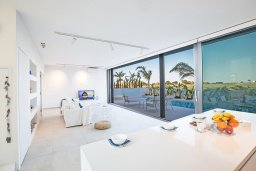 Гостиная. Кипр, Каппарис : Роскошная вилла с видом на море, с 3-мя спальнями, с бассейном, солнечной террасой с патио и барбекю, расположена недалеко от пляжа Firemans Beach