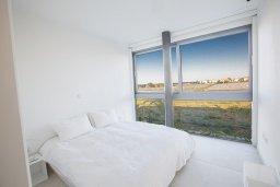 Спальня. Кипр, Каппарис : Роскошная вилла с видом на море, с 3-мя спальнями, с бассейном, солнечной террасой с патио и барбекю, расположена недалеко от пляжа Firemans Beach