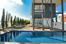 Бассейн. Кипр, Каппарис : Роскошная вилла с 3-мя спальнями, с бассейном, потрясающей террасой на крыше с джакузи и панорамным видом на Средиземное море, расположена в популярном курортном районе Каппарис