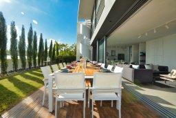 Обеденная зона. Кипр, Каппарис : Роскошная вилла с 3-мя спальнями, с бассейном, потрясающей террасой на крыше с джакузи и панорамным видом на Средиземное море, расположена в популярном курортном районе Каппарис