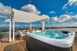 Терраса. Кипр, Каппарис : Роскошная вилла с 3-мя спальнями, с бассейном, потрясающей террасой на крыше с джакузи и панорамным видом на Средиземное море, расположена в популярном курортном районе Каппарис