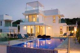 Фасад дома. Кипр, Коннос Бэй : Современная вилла с видом на Средиземное море, с 5-ю спальнями, 4-мя ванными комнатами, с бассейном, солнечной лужайкой с патио, встроенным барбекю и с прекрасной террасой на крыше, расположена в 500 метрах от пляжа Mimosa Beach