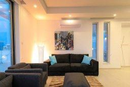 Гостиная. Кипр, Коннос Бэй : Современная вилла с видом на Средиземное море, с 5-ю спальнями, 4-мя ванными комнатами, с бассейном, солнечной лужайкой с патио, встроенным барбекю и с прекрасной террасой на крыше, расположена в 500 метрах от пляжа Mimosa Beach