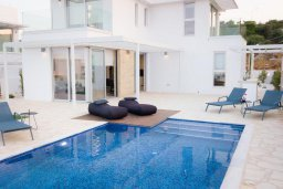 Бассейн. Кипр, Коннос Бэй : Современная вилла с видом на Средиземное море, с 5-ю спальнями, 4-мя ванными комнатами, с бассейном, солнечной лужайкой с патио, встроенным барбекю и с прекрасной террасой на крыше, расположена в 500 метрах от пляжа Mimosa Beach