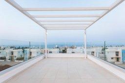 Терраса. Кипр, Коннос Бэй : Современная вилла с видом на Средиземное море, с 5-ю спальнями, 4-мя ванными комнатами, с бассейном, солнечной лужайкой с патио, встроенным барбекю и с прекрасной террасой на крыше, расположена в 500 метрах от пляжа Mimosa Beach