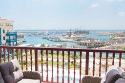 Балкон. Кипр, Центр Лимассола : Современный апартамент в комплексе с бассейном и в 100 метрах от пляжа, с гостиной, отдельной спальней и балконом