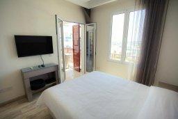 Спальня. Кипр, Центр Лимассола : Современный апартамент в комплексе с бассейном и в 100 метрах от пляжа, с гостиной, отдельной спальней и балконом