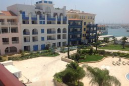 Фасад дома. Кипр, Центр Лимассола : Современный апартамент в комплексе с бассейном и в 100 метрах от пляжа, с гостиной, отдельной спальней и балконом