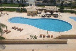 Бассейн. Кипр, Центр Лимассола : Современный апартамент в комплексе с бассейном и в 100 метрах от пляжа, с гостиной, отдельной спальней и балконом